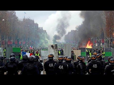 """Protesto dos """"coletes amarelos"""" coloca Paris a ferro e fogo"""