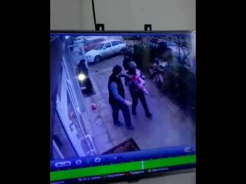 Жители Махачкалы спасли пятилетнюю девочку, выпавшую из окна на пятом этаже многоквартирного дома. Она забралась на подоконник и оступилась ...