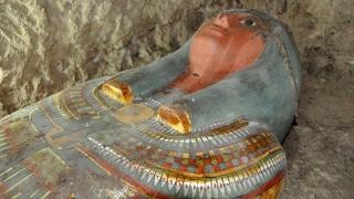 باحثون مصريون: اكتشاف ثمانية مومياوات داخل مقبرة فرعونية