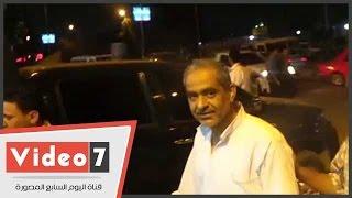 لحظة وصول أبو العلا ماضى لقسم شرطة الجيزة لإنهاء إجراءات إخلاء سبيله