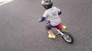 バランスバイクにすっかり慣れたので、ペダルを付けた。実質初めてのロ...