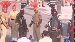 Wagah border per Pakistani parcham utaarny ki pur-josh taqreeb