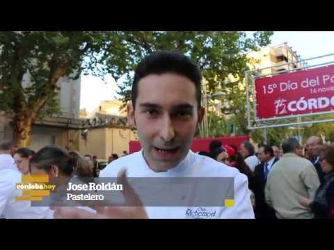 Córdobahoy - Más de 30.000 cordobeses acuden a su cita con el pastelón cordobés gigante