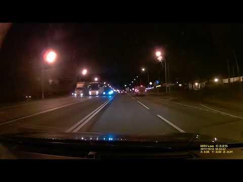 Este conductor pierde el control de su coche por completo pero se salva de milagro