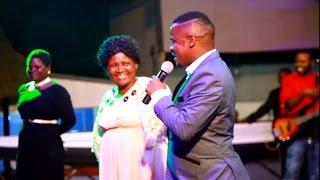 MC Pilipili alivyompandisha mama yake jukwaani na kumtania