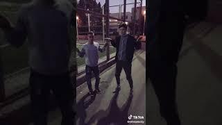 Смешное видео из тик ток.  Парни смешно танцуют Пародия. ..,