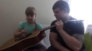 Девочка думает, что она сама классно играет на гитаре. СМОТРИ! Это Забавно!