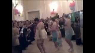мужики зажигают.flv(http://bemol46.ru Смотрите смешное видео со свадьбы - мужики танцуют танец маленьких лебедей на новый лад., 2011-08-15T09:51:53.000Z)