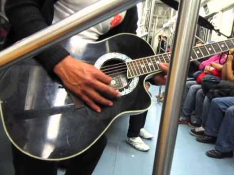 Alex Lora se sube al Metro del DF !!! Increible presentacion!