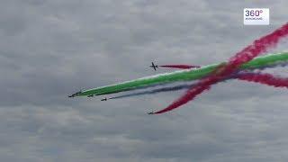 Пилоты из ОАЭ разукрасили небо цветным дымом