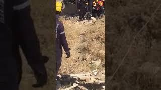 لحظة انتشال جثة احد الإرهابيين من تحت أنقاض المبنى المنهار في عملية السلط