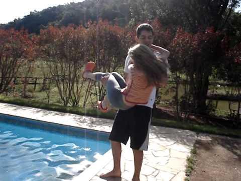 Jogando a Carolzinha na piscina...