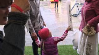 ЛенаКидс  с бабулей играют надувными шарами в виде палками