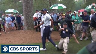 security-guard-makes-contact-with-tiger-woods-at-the-masters-cbs-sports