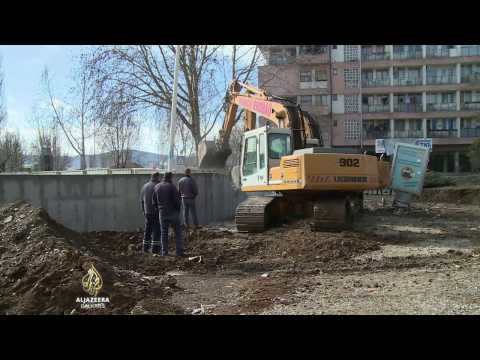 Bagerima srušen zid u Mitrovici