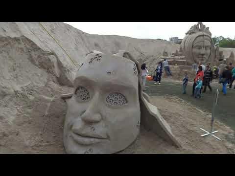 Интересные песочные скульптуры в нашем городе Елгава ! И очень много посетителей этого фестиваля !