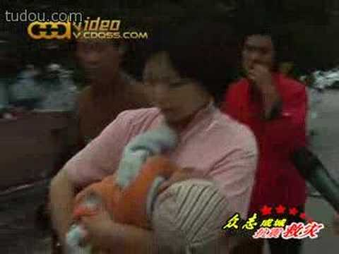 护士妈妈为地震中受伤的陌生婴儿哺乳