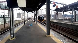 予讃線繁忙期運用の初日、特急いしづち6号の8600系(左側の代走運用)と特急しおかぜ6号の8600系(右側の8両岡山運用)との同士発車
