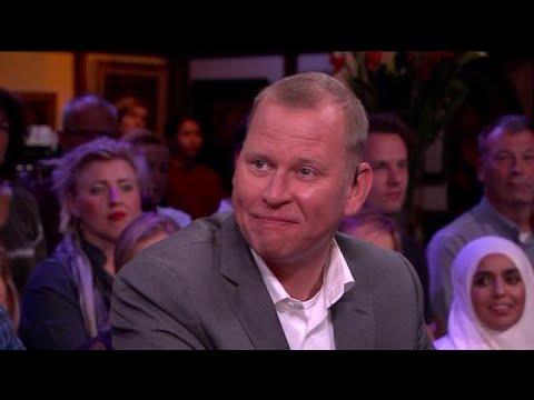 Docent zoekt leerlingen na 20 jaar op - RTL LATE NIGHT
