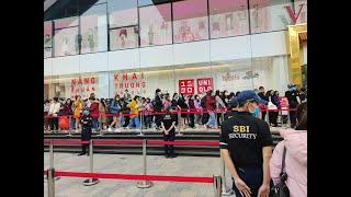 Uniqlo tại Hà Nội chính thức mở cửa: Khách kéo đến xếp hàng nườm nượp