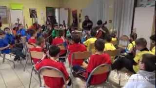 Elio Herrera joue pour les élèves d