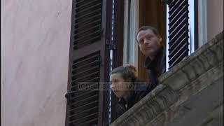 Top News - Itali, pas muzikës e këngëve: Duartrokitje nga dritaret për mjekët