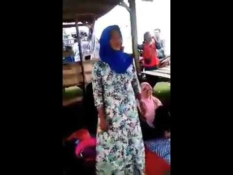 Merdunya Suara Ibu Ini Menyanyikan Lagu India
