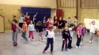 Jetzt wackelt auch der Dom: Tanz der Klasse 1b der GGS Steinfeld, Leverkusen