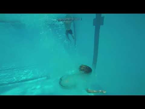 Woman Loses Her Orientation Underwater