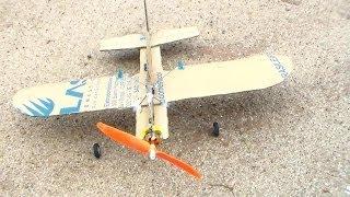 Otávio e William - Construção de aeromodelo shock flyer de papelão
