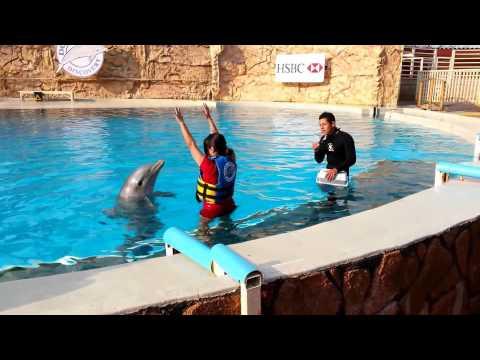 Lucy bailando con un galanazo y de Superman en el agua