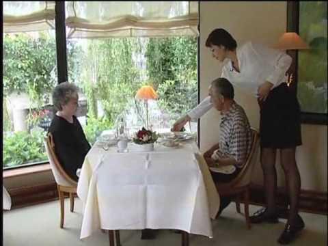 Les m tiers de l 39 h tellerie restauration doovi for Serveuse restauration collective