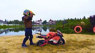 سينيا عالقة في الرمال على دراجة صغيرة جديدة