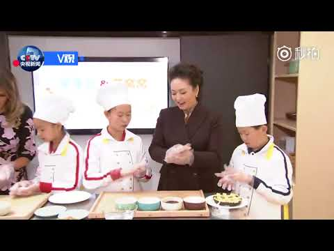 Madame Peng Liyuan and the US First Lady Melania Trump make pastries with elementary school students