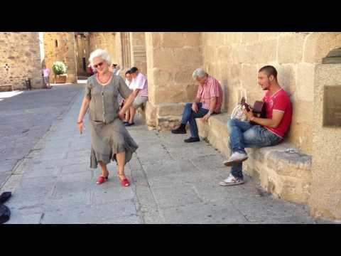 """""""gitano portugues y bailarina de Cáceres....actuando improvisado en el casco antiguo de Cáceres"""""""