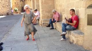 gitano portugues y bailarina de Caceres....actuando improvisado en el casco antiguo de Cac ...