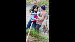 VIDEO LUCU ADEGAN JATUH SALAH PEGANG CEWEKNYA MARAH