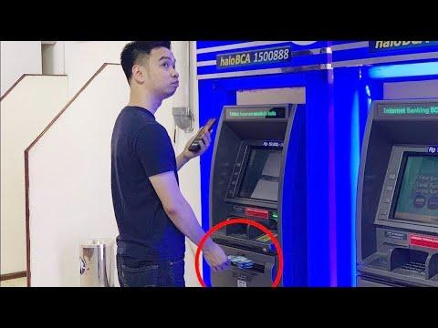 Mumpung sepi, nguras ATM dulu pake HP...