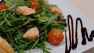 Тёплый салат из сёмги и рукколы