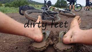 How to say dirty feet in English?