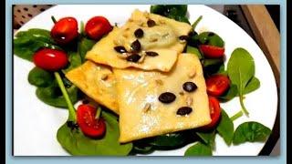 Рецепт Равиоли с начинкой из шпината и сыра рикотта к салату из зелени