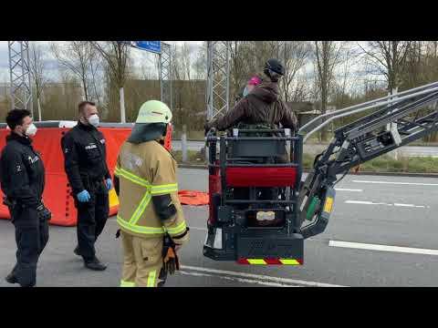 15.4.21 Räumung der Blockade von Extinction Rebellion am Flughafen Bremen