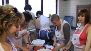 Второй текстильный тур в Италию, 2015. Кулинарный тур(Группа любителей валяния из России и Литвы готовят итальянский обед и весело проводит время на агрофереме..., 2015-06-26T09:04:39.000Z)