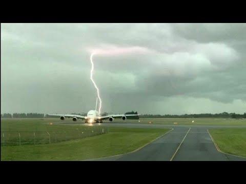 شاهد: صاعقة برق تسقط بالقرب من طائرة إماراتية  - نشر قبل 3 ساعة