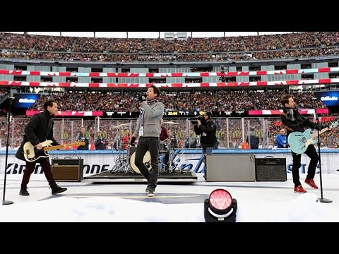 "Simple Plan sings ""O Canada"" at 2016 Winter Classic"