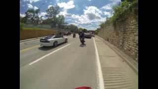Moto - Wheeling contre une voiture de police