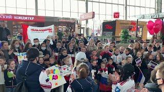Во Владивостоке приземлился самолет с российскими фигуристами, одержавшими историческую победу.