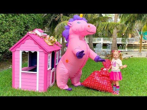 Stacy distribuye regalos y regalos a casas extrañas.