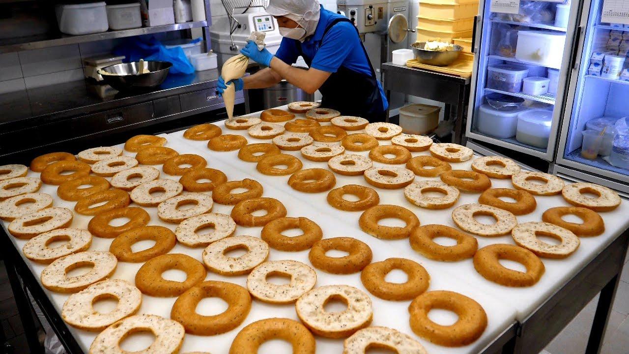 역대급 크기의 거대 베이글! 스팀으로 구운 바삭한 크림치즈 어니언 베이글 Making giant cream cheese onion bagel - Korean street food
