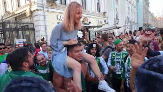 Мексиканцы развлекают русских девушек. Меxican fans and Russian girls in Moscow. World Cup 2018.